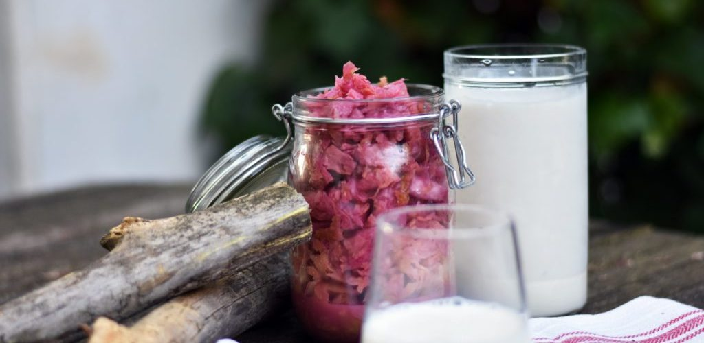 Las verduras en salmuera o el yogur casero son buenas opciones para consumir fermentados