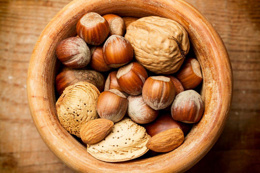 Los frutos secos son muy buenos para la dieta paleo: anacardos, avellanas, almendras, nueces, pistachos, piñones, castañas y cacahuetes
